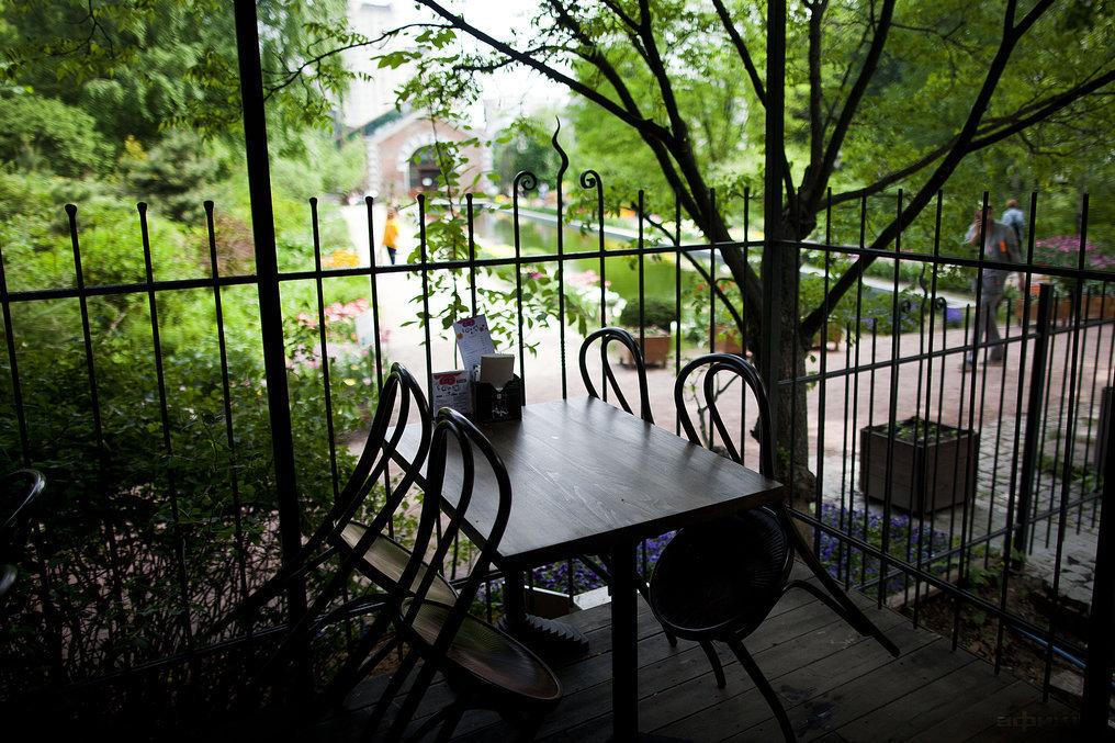 Ресторан Eat & Talk. В саду - фотография 27