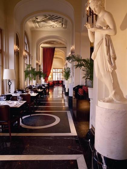 Ресторан Борсалино - фотография 1 - Галерея перед входом в ресторан