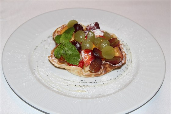 Ресторан Лехаим - фотография 8 - Вафельная корзинка с фруктами под вишневым соусом