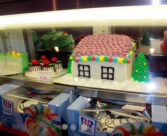 "Ресторан Баскин Роббинс - фотография 10 - Витрина с тортами ""Баскин Роббинс"""