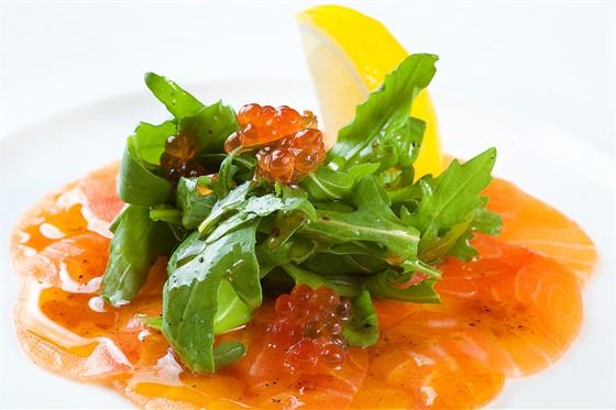 Ресторан Желтое море - фотография 12 - Карпаччо из лосося - лосось, рукола, икра лосося, лимон под оливково-чесночным соусом