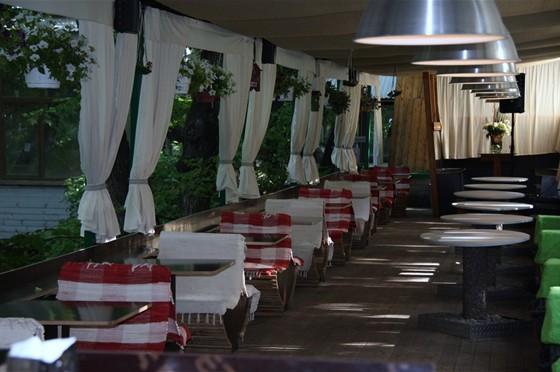 Ресторан Невинный садовник - фотография 1 - Наша летняя веранда с видом на сад