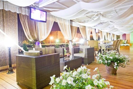 Ресторан Plaza - фотография 13 - приятный летний вечер за бокалом изысканного вина, что может быть лучше!
