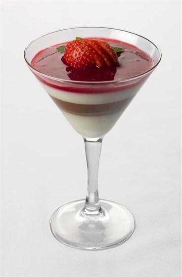 Ресторан Метаморфоз - фотография 8 - Панна-Котта из белого и темного шоколада с ягодами