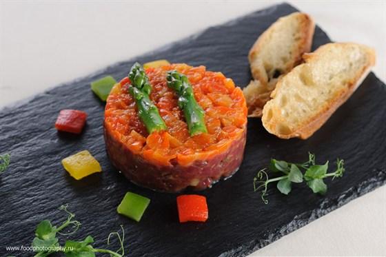 Ресторан Terrine - фотография 1 - Тар тар Говядидина с печенным перцем и спаржей