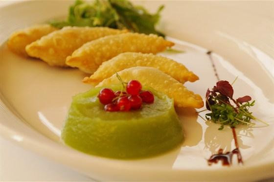 Ресторан Де Марко - фотография 29 - Панцеротти с уткой Хрустящие пирожки с начинкой из утиного мяса. Подаются с яблочно-сельдереевым пюре и листьями зеленого салата