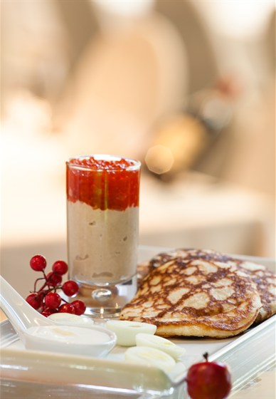 Ресторан Apple Bar - фотография 11 - Теплые оладьи с красной икрой, паштетом из тунца, укропным маслом, перепелиными яйцами и хрустящими чипсами из петрушки