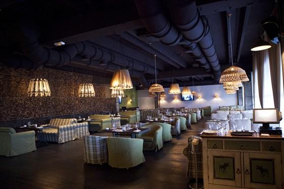 Ресторан Сытый лось - фотография 14 - Основной зал
