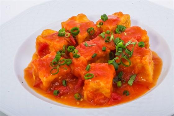 Ресторан Золотой бамбук - фотография 25 - ТОФУ ШОТ Тофу, обжаренный в томатном соусе с зеленым луком.