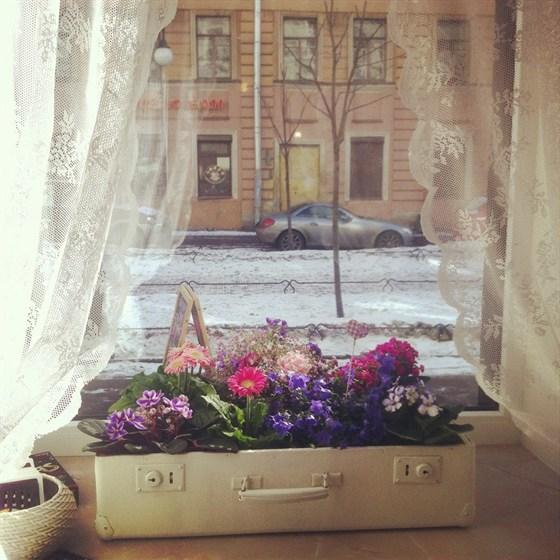 Ресторан Клумба - фотография 3 - Чемоданы :) ... Многие детали интерьера можно приобрести себе домой