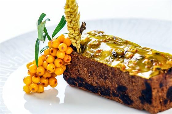 Ресторан Le boat - фотография 9 - Филе бобра, тушеное в сметанном соусе с овощами. Подается в свежеиспеченном хлебе с облепиховым желе.