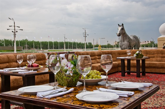 Ресторан Сивка-Бурка - фотография 24 - Летняя веранда на ипподроме Беговая, 22  Сивка-Бурка