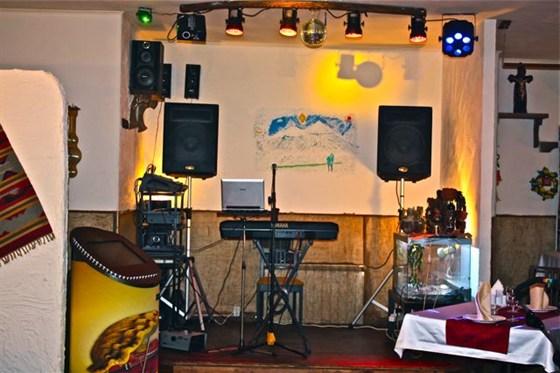 Ресторан Домашний очаг - фотография 7 - Сцена, живая музыка