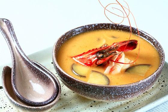 Ресторан Желтое море - фотография 11 - Эби тай сиро - тайский острый кокосовый суп с креветкой, баклажаном и соком лайма