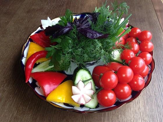 Ресторан Сухофрукты - фотография 8 - Большая тарелка свежих овощей 800 руб
