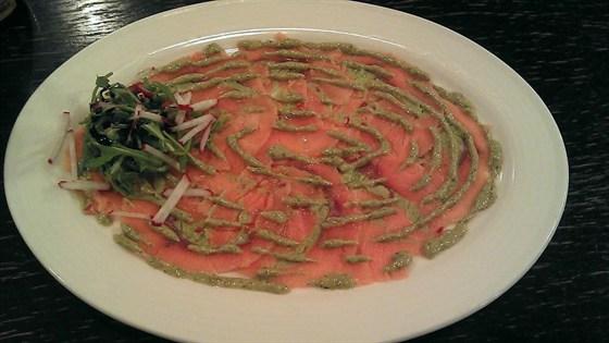 Ресторан Листья - фотография 7 - карпаччо из лосося с пюре из авокадо и острым перцем чили