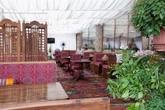 Ресторан Павлин-мавлин - фотография 2 - Летняя веранда