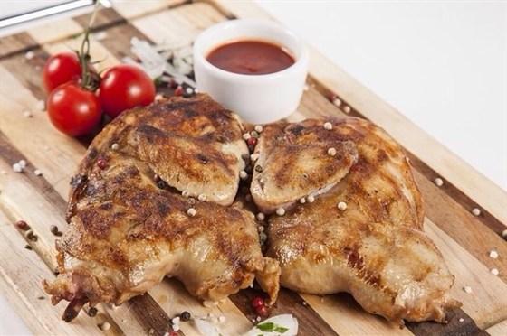 Ресторан Гриль-хофф - фотография 12 - Фермерский цыпленок с хрустящей корочкой, приготовленный на открытом огне.