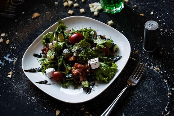 """Ресторан Среда - фотография 5 - Салат """"Пенелопа подождет"""". Пока Одиссей наслаждается вариацией на тему своего национального салата (много свежих овощей, оливки, фета, зелень, и фирменная заправка), его верная жена продолжает делать то, что умеет лучше всего - ждать."""