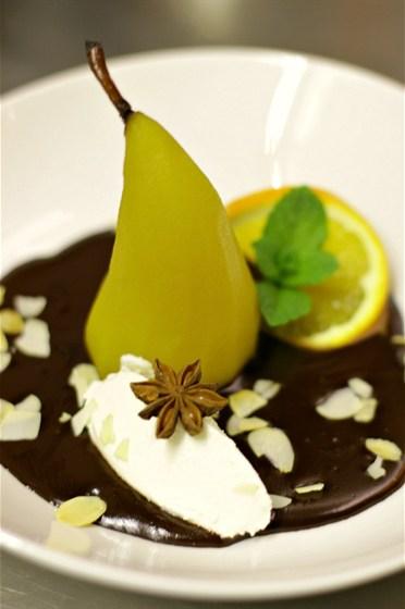 Ресторан Образ жизни  - фотография 15 - Груша, томленая в вине с сыром филадельфия и шоколадным соусом! WOW! ))
