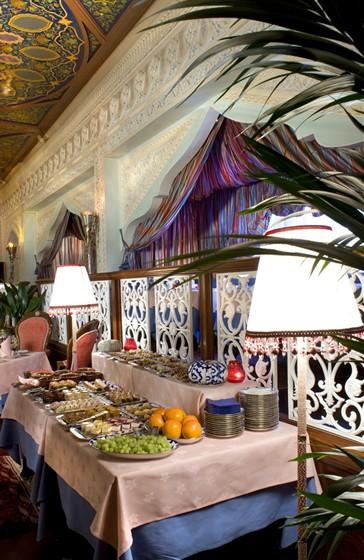 Ресторан Узбекистан - фотография 4 - Орнамент стен ресторана полностью изменен. Это сложная методика лепки, ручная работа. Каждый лепесточек узора формировался отдельным инструментом. Группа мастеров трудилась в течение полугода, чтобы полностью создать свой шедевр.