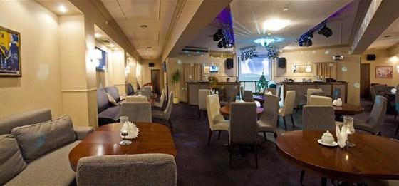 Ресторан Мансарда - фотография 1 - Компактный трансформируемый зал кафе может легко преобразоваться в банкетный зал для свадьбы, юбилея или корпоратива