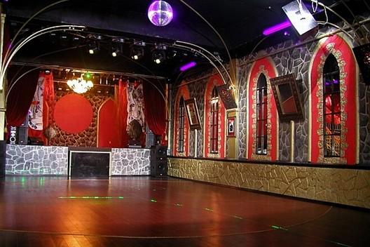 "Ресторан Цвет граната - фотография 5 - Сцена  на 2 этаже ""Цвета граната"" Для концертов и шоу-программ."