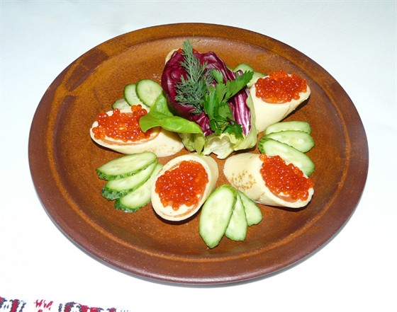 Ресторан Первак - фотография 14 - Тонкие миниатюрные блинчики с малосольной семгой и красной икрой