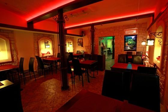 Ресторан Золотой телец - фотография 6 - Красный зал