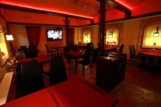 Ресторан Золотой телец - фотография 7 - Красный зал