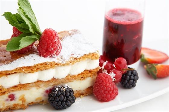 Ресторан Lightbar - фотография 8 - Мильфей со взбитыми сливками и свежей малиной