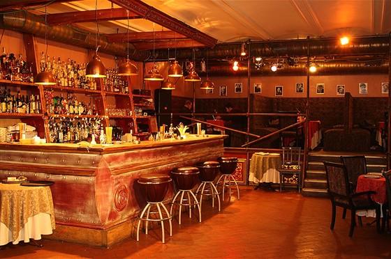 Ресторан Свои люди - фотография 8 - Большой каминный зал