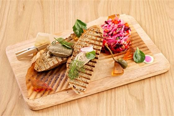 Ресторан Грибоедов - фотография 2 - Винегрет из печеных овощей с желе из Мадеры и селедочным паштетом