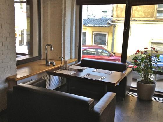 Ресторан Main Bar - фотография 6 - Столик в эркере, напротив бара