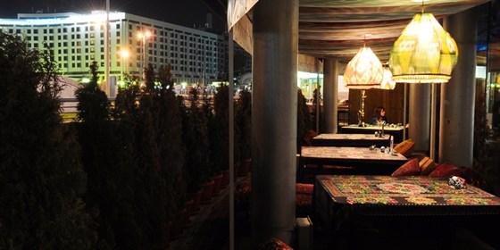 """Ресторан Восток Story - фотография 5 - Летняя веранда ресторана. В прохладную погоду вам могут предложить """"чапан"""", узбекский стеганный халат."""