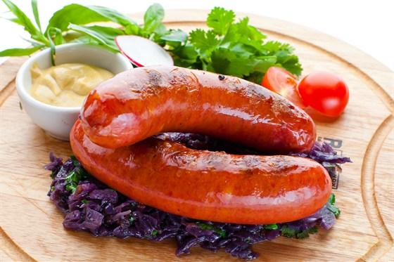 Ресторан Де Марко - фотография 35 - Подкопченные колбаски с сыром, обжаренные на гриле, с тушеной в красном вине капустой и домашней горчицей