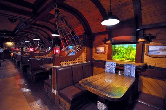 """Ресторан Трюм - фотография 3 - Аквариумы с кораллами и диковинными рыбками - все говорит о том, что в ресторане """"Трюм"""" можно отдохнуть и насладиться блюдами европейской и классической русской кухни."""