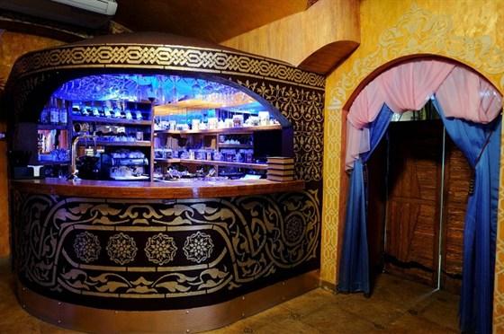 Ресторан Мархаба - фотография 7 - Барная стойка в восточном стиле