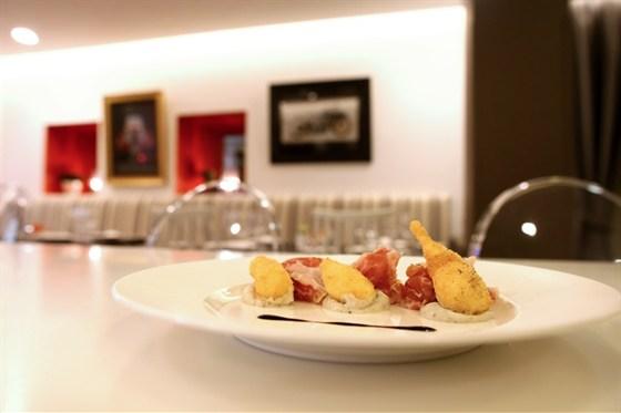 Ресторан Cinq sens - фотография 11 - Хрустящее яйцо с хамоном и трюфельным кремом