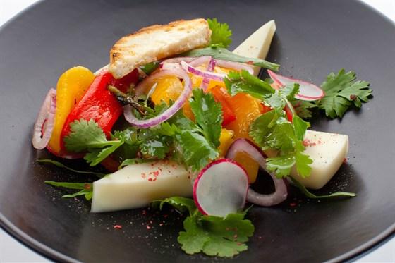 Ресторан Де Марко - фотография 33 - Домашний сыр сулугуни, с печеными перцами, томатами, красным луком, редисом и зелени кинзы, эстрагона, заправленный оливковым маслом