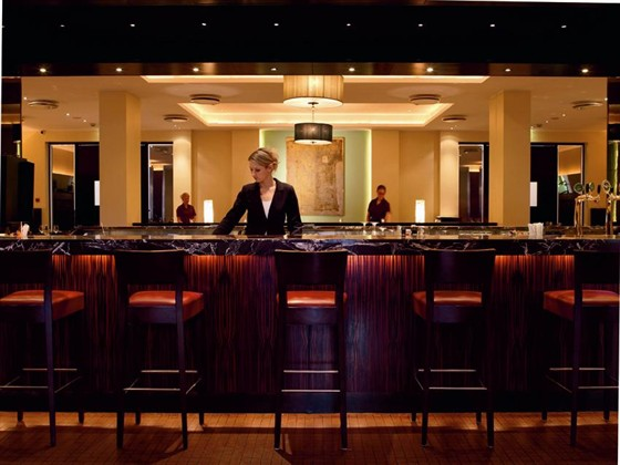 Ресторан Борсалино - фотография 3 - бар в Борсалино. столики находятся вокруг бара