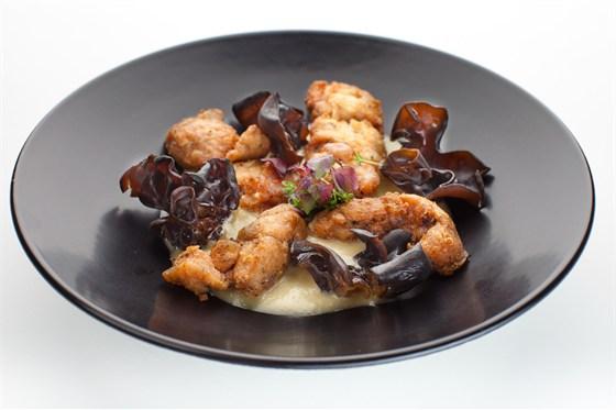 Ресторан Де Марко - фотография 22 - Нежное мясо телятины, томленое при низких температурах, под трюфельным соусом