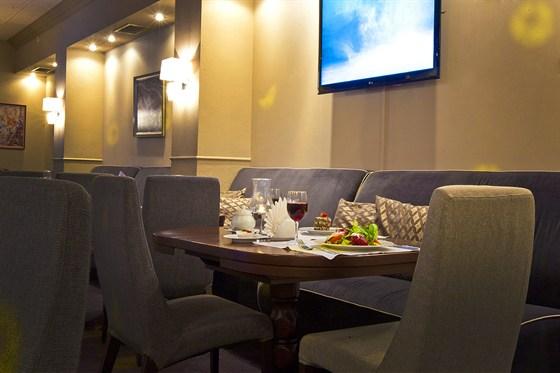 Ресторан Мансарда - фотография 2 - Удобная посадка на диванах по периметру