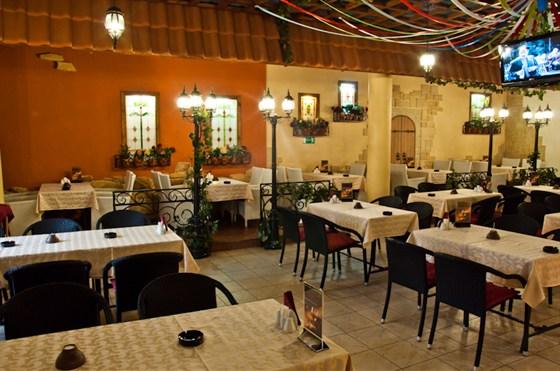 Ресторан Da Pino - фотография 16 - Основной зал. Можно наблюдать за приготовлением пиццы!