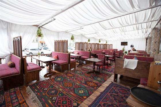 Ресторан Павлин-мавлин - фотография 4 - Летняя веранда