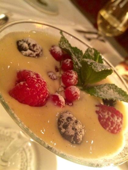 Ресторан Francesco - фотография 1 - Английский крем с ягодами