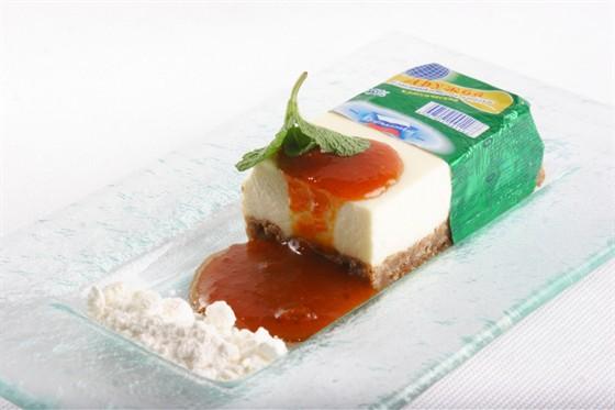 """Ресторан Павильон - фотография 20 - Десерт из советского сырка """"Дружба"""". Подают с великолепный облепиховым вареньем. По вкусу очень напоминает чизкейк."""