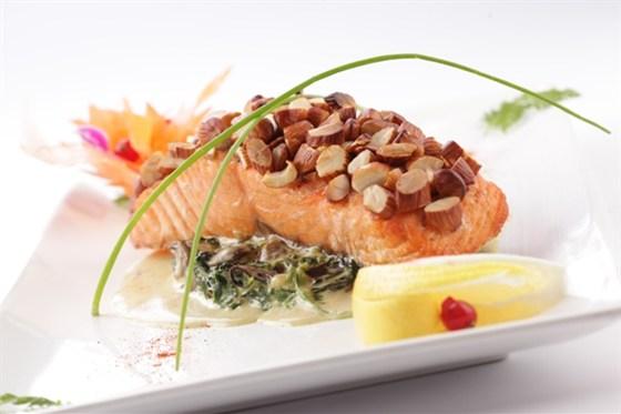 Ресторан Empress Hall - фотография 17 - Стейк из сёмги под миндалем