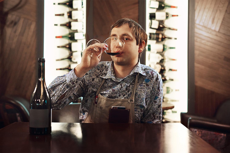 Официанты I Like Wine — например Александр Соломатин — готовы говорить по десять минут кряду про каждую бутылку, посты в фейсбуке винотеки столь же многословны