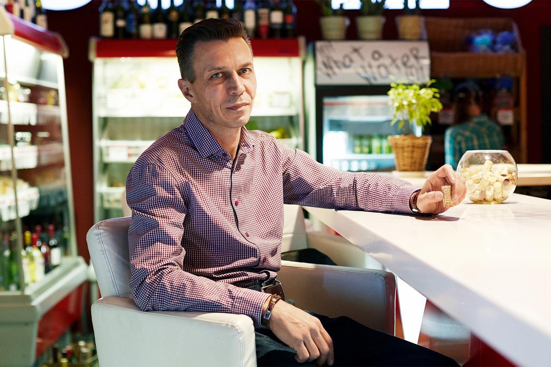 За небольшую плату в ресторане Sehr Schon, соучредителем которого является сомелье Денис Романов, можно устроиться и с собственной бутылкой